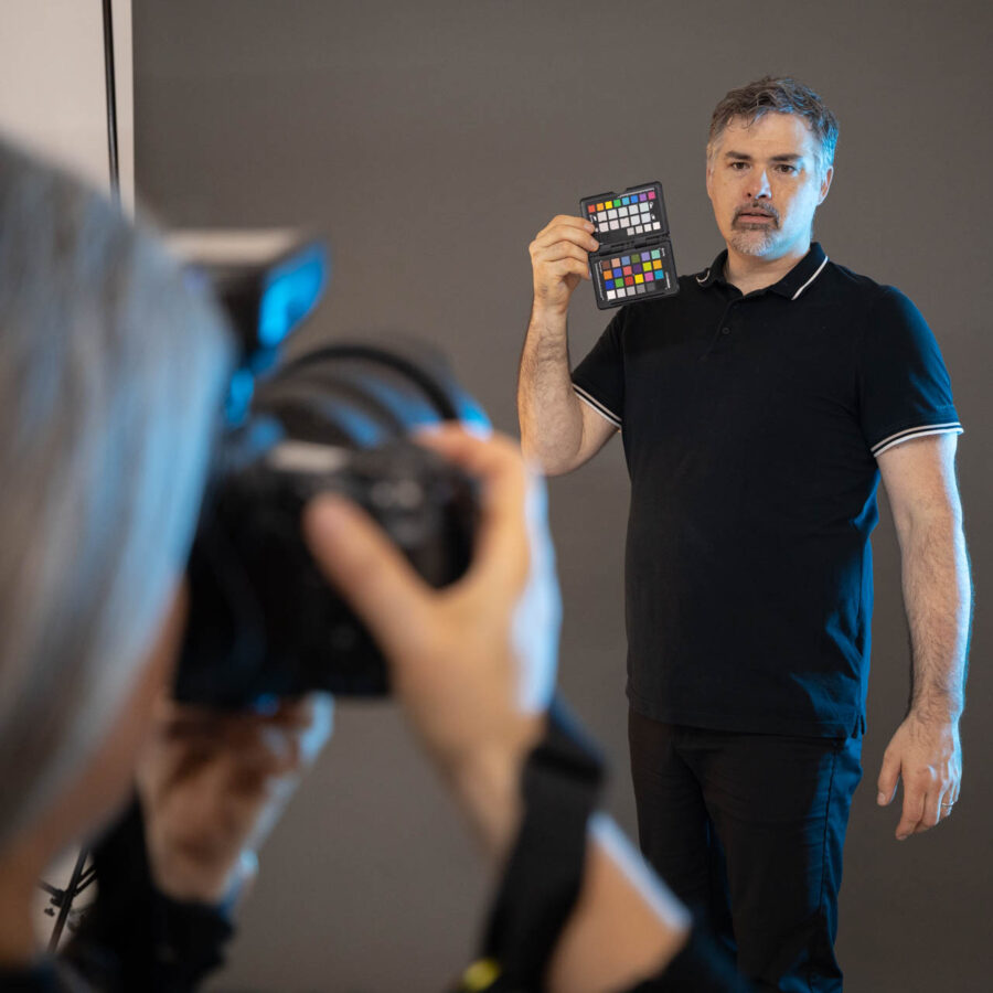 Making-of: Ruedi Kamer richtet den Weissabgleich ab - Studiofotografie auf professionellem Niveau | Meier & Kamer Cosplay Shooting