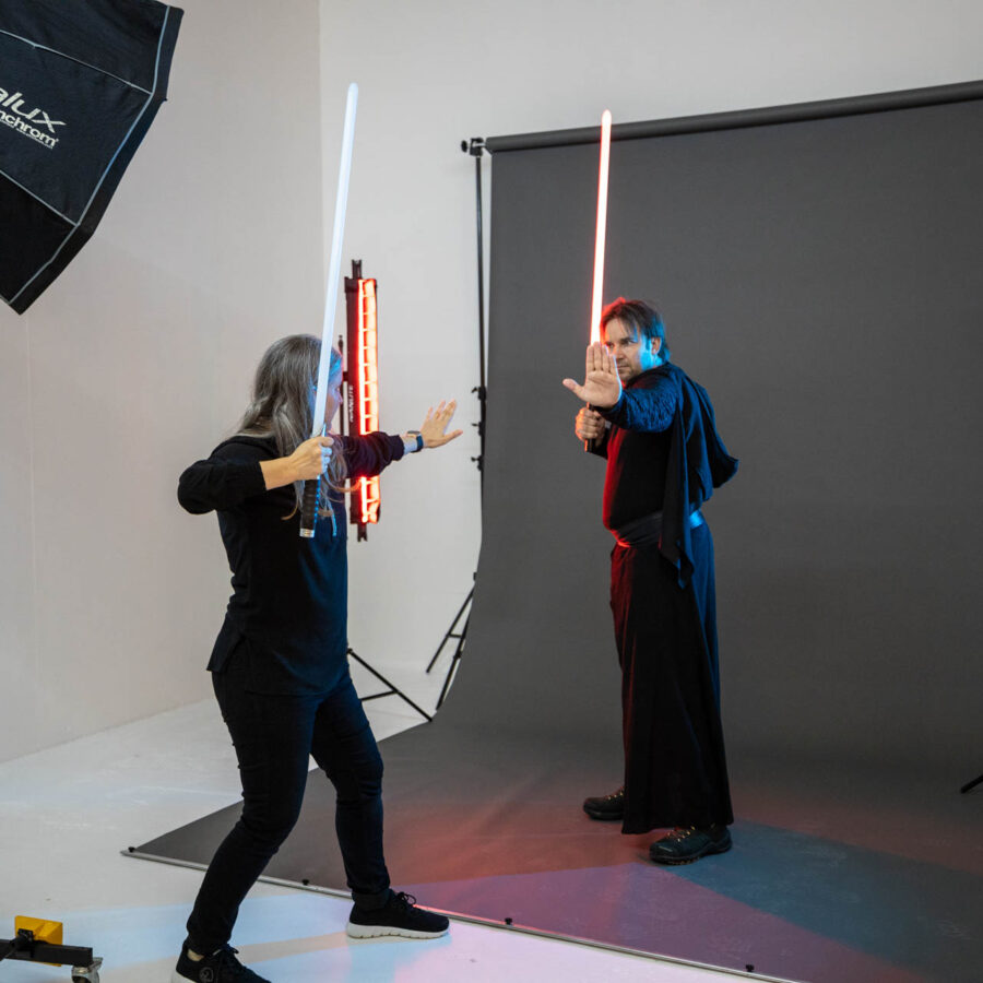 Making-of: Jeannette Meier Kamer zeigt dem Kunden, wie die Laserschwert Pose gut aussieht - Bodycoaching gehört zu unseren Services | Meier & Kamer Cosplay Shooting