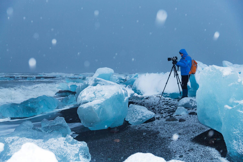 Meier & Kamer Landschaftsfotografie: Ruedi am Strand, Meer mit Eis und schwarzer Sand, Jökulsárlón Glacier Lagoon, Island