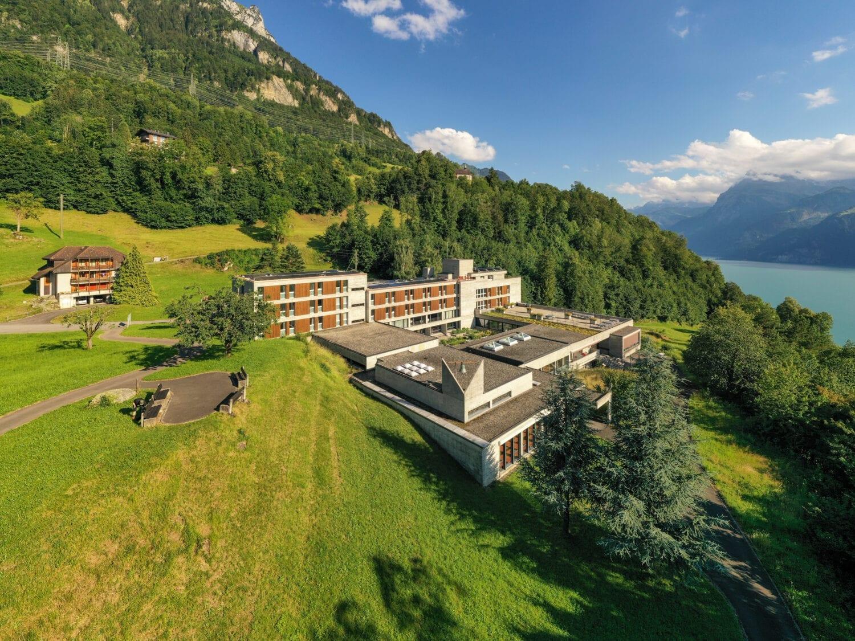 Meier & Kamer Architekturfotografie mit Drohne: Mattli Antoniushaus Vermietung Hotelzimmer