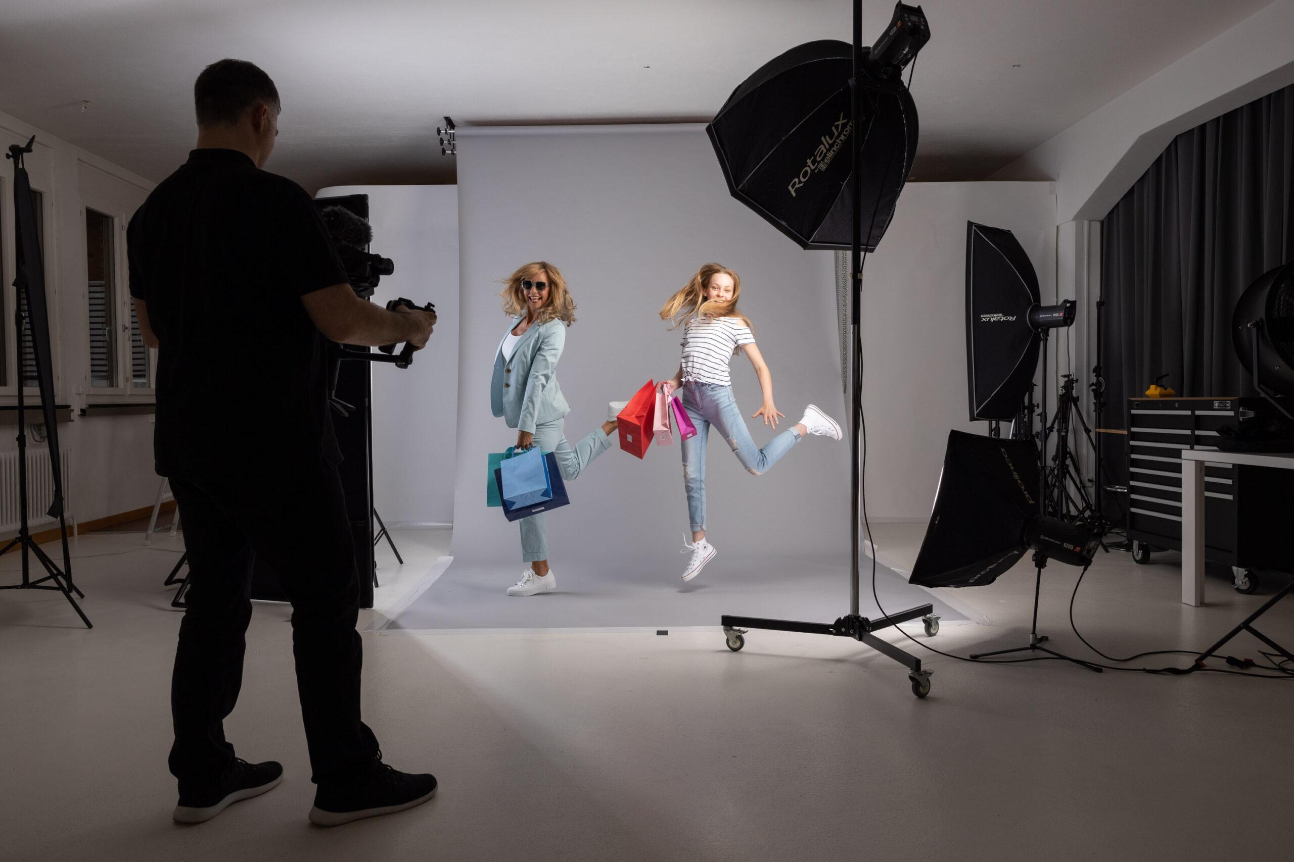Making Of im Fotostudio Blatthirsch Seewen - Model Jana und Sonja - Werbefotografie Werbekampagne Rein ins Leben fürs Mythen Center Schwyz - Fotografie, Fotograf, Werbefotograf, Goldau, Oberarth