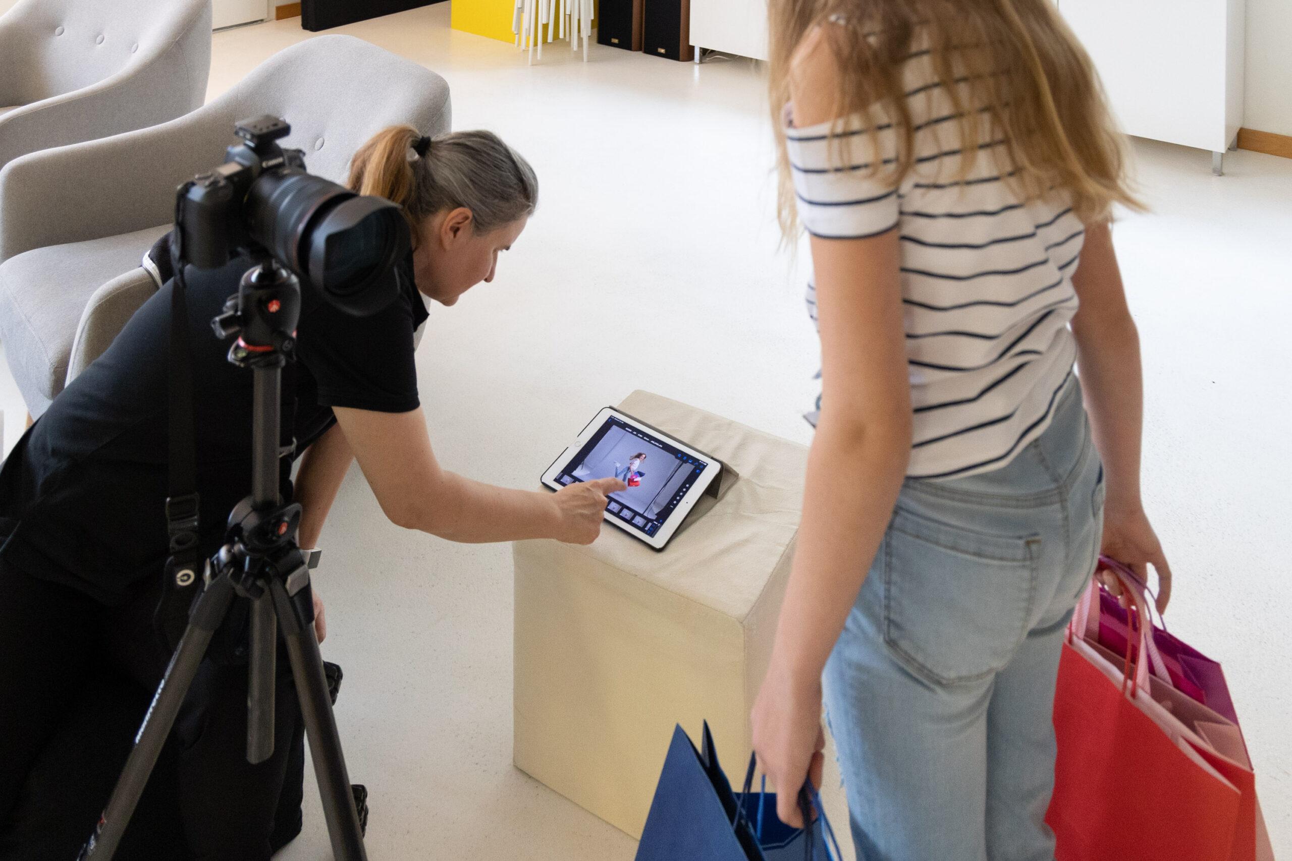 Making-of im Fotostudio Blatthirsch Seewen - Model Jana mit Fotografin Jeannette Meier Kamer - Werbefotografie Werbekampagne Rein ins Leben fürs Mythen Center Schwyz - Fotografie, Fotograf, Werbefotograf, Goldau, Oberarth KAR_0111