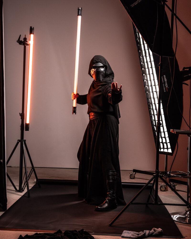 Meier & Kamer Werbeforografie: Unbearbeitetes Bild vom Star Wars Cosplay Shooting Kylo Ren im Fotostudio Oberarth, Model Jeannette Meier Kamer, Fotograf Ruedi Kamer