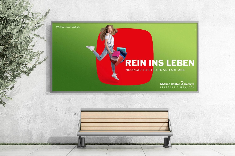 Mockup Plakat: Werbefotografie Werbekampagne Rein ins Leben fürs Mythen Center Schwyz im Fotostudio Blatthirsch Seewen - Model Jana Geisseler, Weggis - Fotografie, Fotograf, Werbefotograf, Goldau, Oberarth